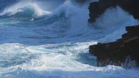 冲浪碰撞入黑熔岩峭壁 免版税库存图片