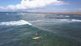 冲浪者乘与一口,费埃特文图拉岛的波浪 影视素材