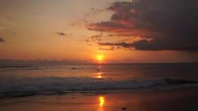 冲浪者乘坐在印度洋的橙色日落 影视素材