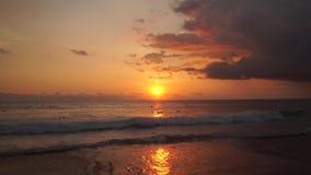 冲浪者乘坐在印度洋的橙色日落 股票录像
