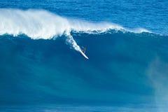 冲浪者乘巨型波浪在下颌 库存图片