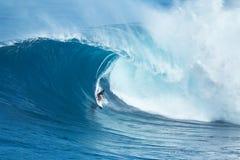 冲浪者乘巨型波浪在下颌 免版税库存照片