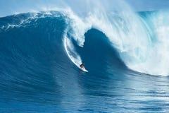冲浪者乘巨型波浪在下颌 图库摄影