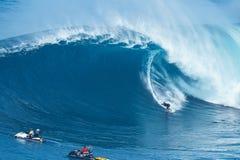 冲浪者乘巨型波浪在下颌 免版税库存图片