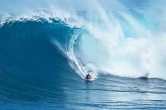 冲浪者乘巨型波浪在下颌 免版税图库摄影