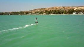 冲浪者乘行动朝海岸方向的海浪 股票视频