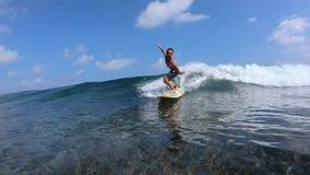 冲浪者乘透明的海浪 影视素材