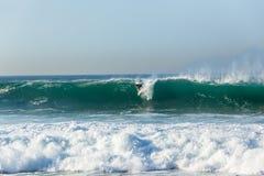 冲浪者冲浪的波浪 图库摄影