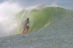 冲浪者冲浪的管通知 免版税图库摄影