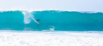冲浪者凯利铺瓦工冲浪的管道在夏威夷 库存图片