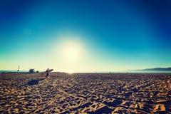 冲浪者在一个晴天 免版税库存图片