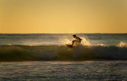 冲浪者在澳大利亚捉住波浪 免版税库存照片