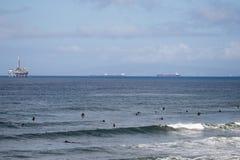 冲浪者在离亨廷顿海滩的附近海岸  免版税库存照片