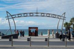 冲浪者在英属黄金海岸的天堂标志在澳大利亚 库存照片