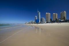 冲浪者在英属黄金海岸的天堂海滩 库存图片