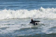 冲浪者在晴天 库存照片