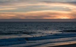 冲浪者在Nazaré水的葡萄牙 库存照片