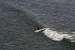 冲浪者在Ribeira de Ilhas Beach在Ericeira葡萄牙 库存图片