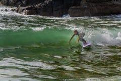 冲浪者在Ribeira de Ilhas Beach在Ericeira葡萄牙 免版税库存图片
