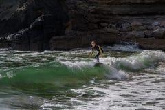 冲浪者在Ribeira de Ilhas Beach在Ericeira葡萄牙 免版税库存照片