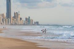 冲浪者天堂海滩的冲浪者 图库摄影