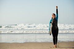 冲浪者妇女获得与bodyboard的乐趣在海滩 免版税库存照片