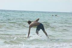 冲浪者巴拿马市海滩 库存照片