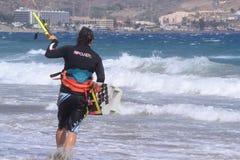 冲浪者是在海洋的岸 库存图片
