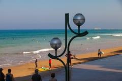 冲浪者海滩有人的Zarautz在雕塑12旁边 免版税图库摄影