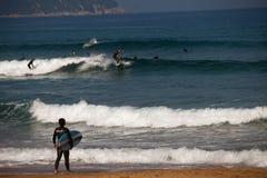 冲浪者海滩有委员会垂悬的衣裳的Zarautz 免版税库存图片
