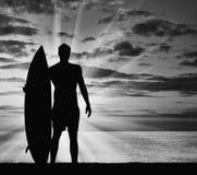 冲浪者现出轮廓反对海 免版税库存图片