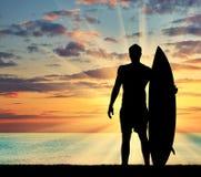 冲浪者现出轮廓反对海 库存图片
