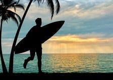 冲浪者现出轮廓反对海 图库摄影