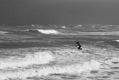 冲浪者用浆划对波浪 图库摄影