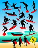 冲浪者的剪影在海和波浪的 免版税库存图片