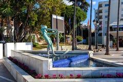 冲浪者雕塑作为喷泉的装饰零件 库存照片