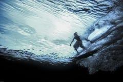 冲浪者骑马波浪水下的看法  免版税库存照片