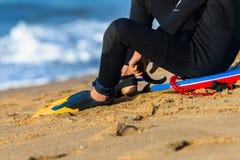 冲浪者鸭脚板海滩 库存照片