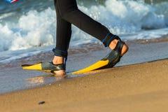 冲浪者鸭脚板海滩 免版税图库摄影