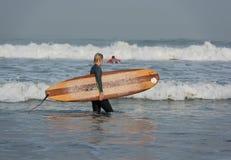 冲浪者,库塔海滩,巴厘岛 免版税库存图片