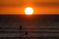 冲浪者sihlouetted在毛伊的日落 库存图片