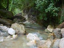 冲的小河流经在岩石的一个峡谷不同之间 库存照片