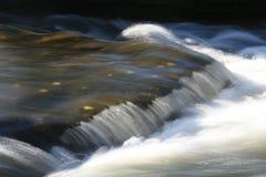 冲的水 免版税库存照片