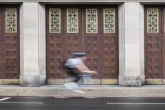 冲的骑自行车者在伦敦 免版税库存图片