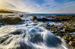 冲的水和云彩在拉古纳靠岸,加州 免版税库存图片