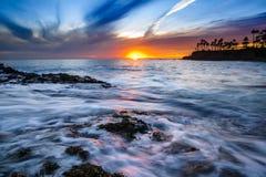 冲的水和云彩在拉古纳靠岸,加州 免版税库存照片