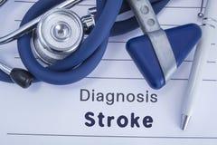 冲程诊断  与冲程诊断的纸病史,谎言蓝色听诊器、神经学锤子和pe 免版税库存照片