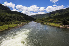 冲绿色山谷的河 免版税图库摄影