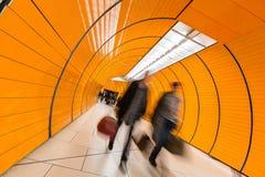 冲通过地铁走廊的人们 免版税库存照片