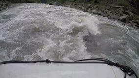 冲通过混乱的狂放的河的救助者保存漂流在麻烦的队 股票视频